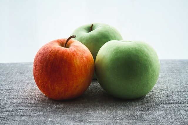 three apples of different colors